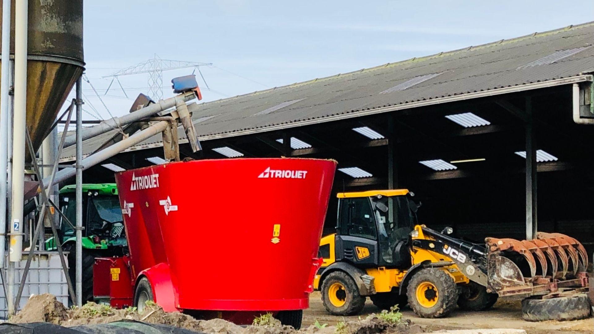 laden van een voermengwagen met loader